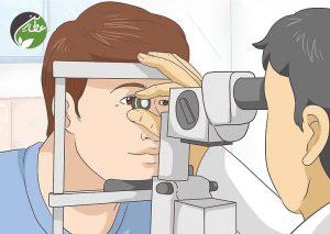 معاینه پلک توسط پزشک