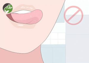 از زبان زدن به لب خودداری کنید